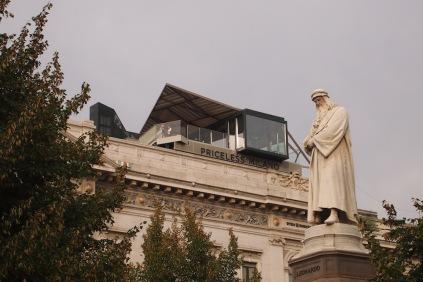 """Площадът пред """"Ла Скала"""" със статуята на Леонардо да Винчи,"""
