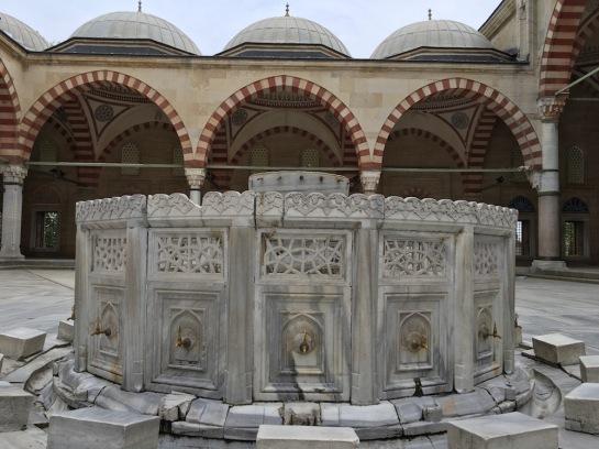В двора на Юч Шерефели джамия