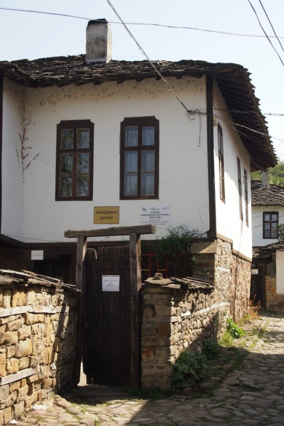 Младежкия център в старата къща
