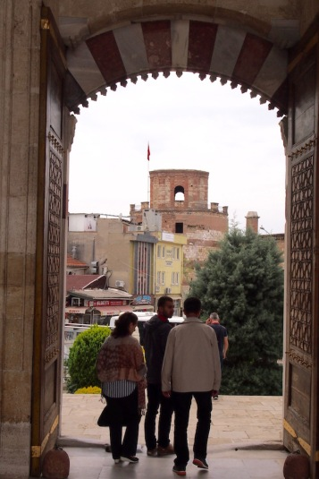 Една от портите на Юч Шерефели джамия