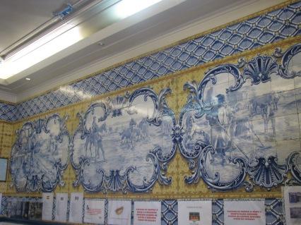 Изрисувани плочки по стените на заведенията