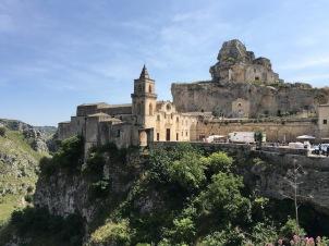 Сан Пиетро и Санта Мария де Идрис изсечена в скалата.