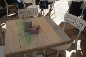 Надписи по столовете