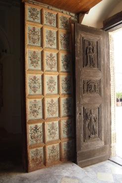 Портата на стара църква превърната в галерия