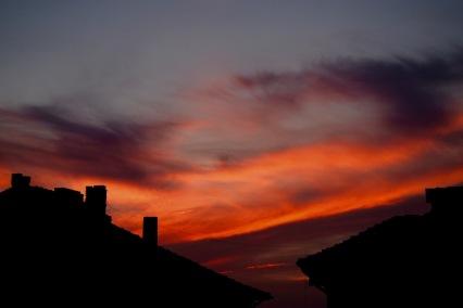 Огненно небе над покривите