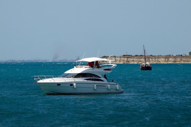 Кораби и яхти в залива