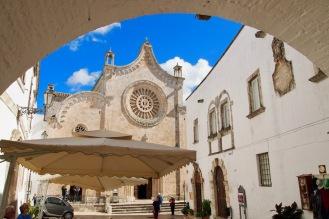 Площада пред катедралата на Остуни