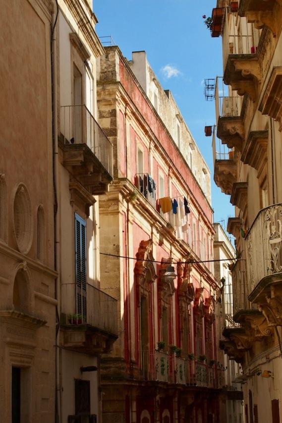 Контраст от преобладаващите бели сгради на Мартина Франка