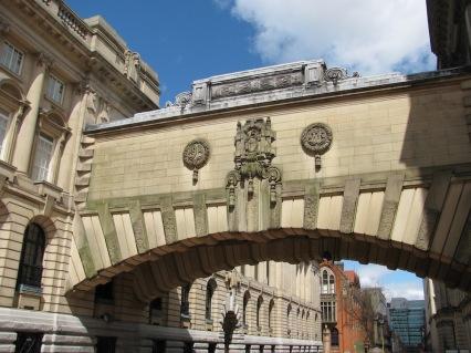 Мост между две сгради