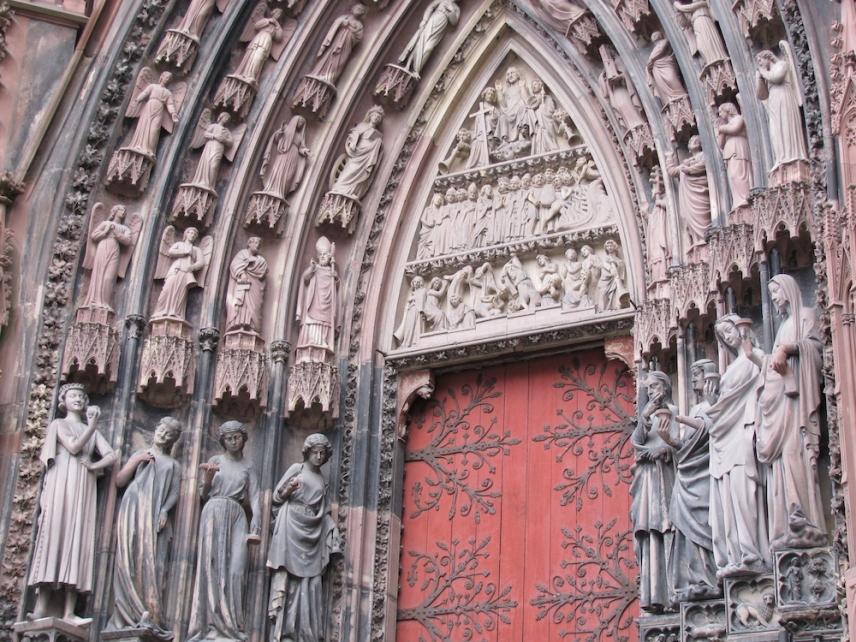 Един от входовете на катедралата