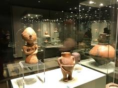 Експонати в зала Праистория. В средата, антропоморфна фигурка от селищна могила Габарево, Старозагорско. Халколит.
