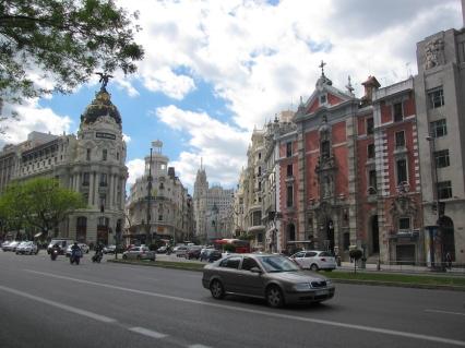 Две от най-важните артерии в Мадрид: Кайе де Алкала в ляво и Гран Виа в дясно.