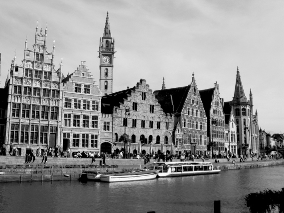 Камбанарията и великолепната редица от исторически сгради