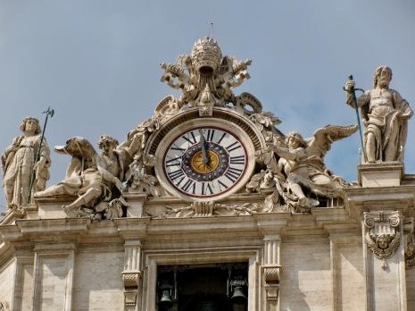 Детайли от фасадата на Свети Петър