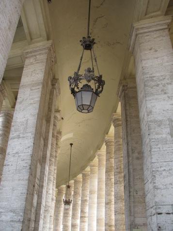Колонадата на площад Свети Петър