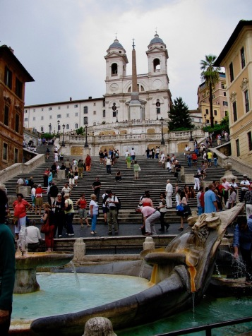 Монументалното стълбище на площад Испания и църквата Тринита дей Монти