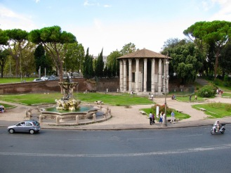 Храмът на Херкулес Непобедимия е единствената съхранена свещена структура от древен Рим, която е изградена изцяло от гръцки мрамор.