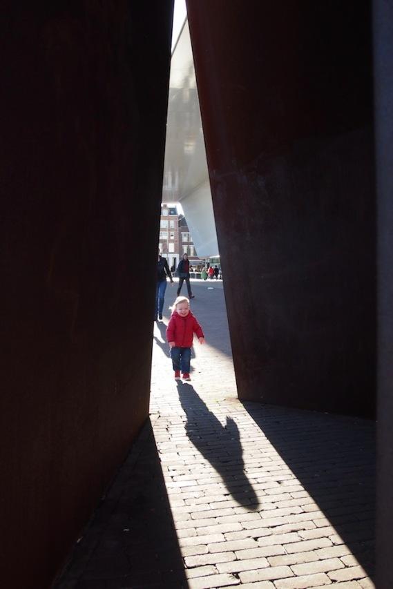 Игра на сенки пред музея на модерното изкуство