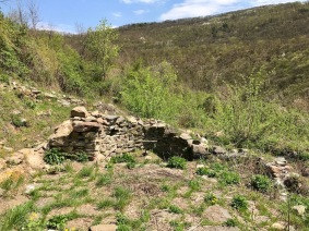 """Останки от олтарната апсида на църквата """"Св. Илия"""" в крепостта Урвич"""
