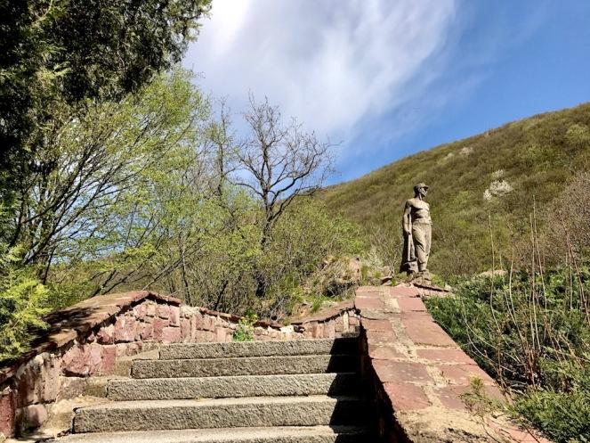 """На няколко километра след Панчарево, по пътя за Самоков се намира статуята на """"Трудовака"""" и малък паркинг пред нея.Точно тук започва пътеката към крепостта Урвич."""