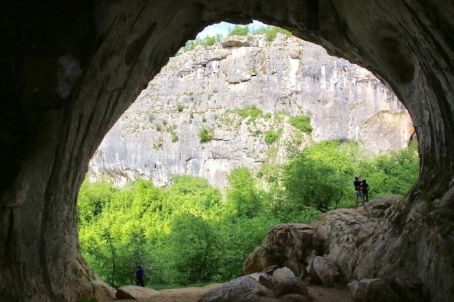 Съседната малка пещера