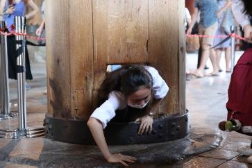 Легендата гласи, че този, който премине през дупката, ще бъде благословен с просвещение през следващия си живот - храма Тодай-джи