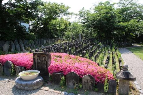 Надгробни плочи в двора на храма Ганго-джи