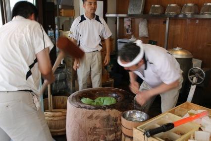 Приготвянето на оризовия сладкиш Мичи е доста атрактивно