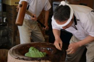 Приготвянето на оризовия сладкиш Мичи