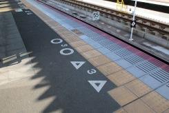 Тук спира 3ти вагон. На триъгълниците се отварят вратите на бързия влак, а на кръговете бавния