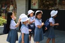 Ученички чакат на опашка за сладолед