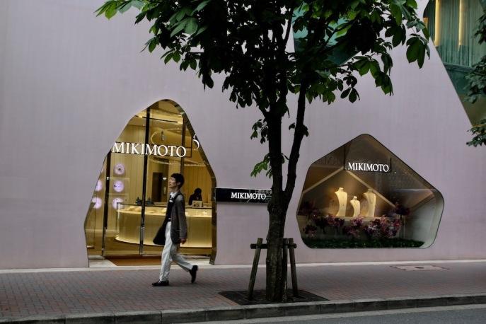"""""""Япония – това са перлите. Перлите – това е Микимото"""". Тази реклама може да се види в най-скъпите квартали на Токио, но благодарение на патента за изкуствено отглеждане на перли на Кокити Микимото, днес всяка жена може да си купи бижу с перли."""