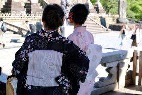 Майка и дъщеря в кимоно