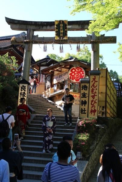 В двора на храма Кийомидзу-дера