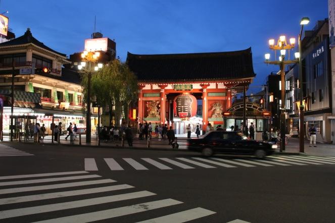 Главната порта – Каминаримон на храма Сенсо-джи - означава порта на гръмотевиците и ветровете, тъй като според преданието, лявото й крило е било дом на бога на бурите, а дясното - на бога на ветровете.