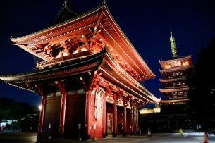 Втората порта - Хозомон - някогашно скривалище на съкровището на храма и настоящо хранилище на най-богатата колекция на свещени будистки книги.