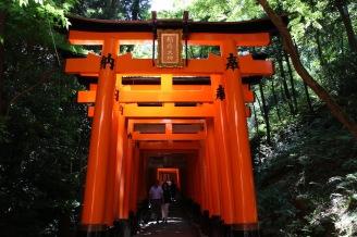 Един от коридорите от тори в близост на храма Фушими Инари Тайша, Киото