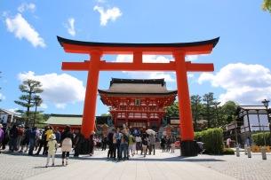 На входа на храма Фушими Инари Тайша
