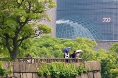 Туристи на стените на замъка Осака