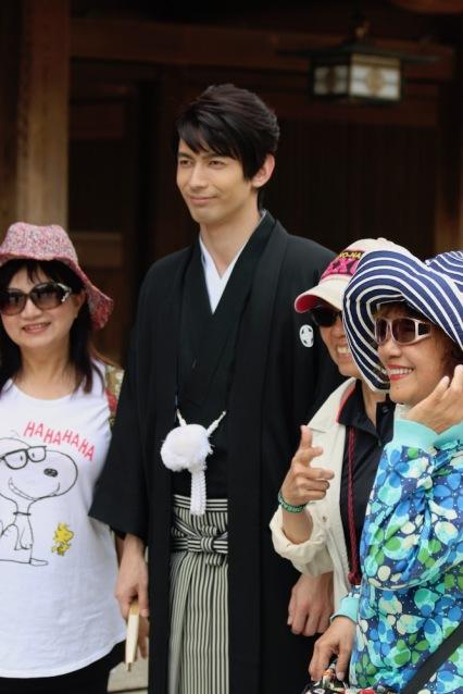 Младоженец с азиатски туристи