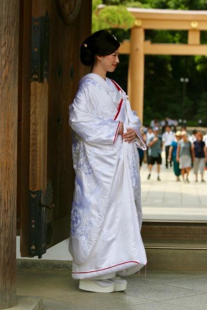 Булка в традиционно японско сватбено кимоно
