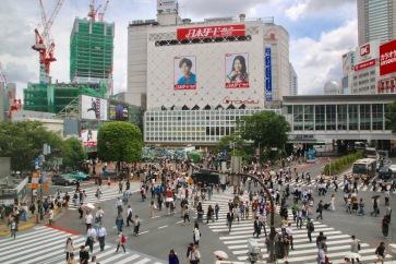 Най-известното кръстовище в Токио - Шибуя кросинг. Гледката е уникална като светне зелена светлина за пешеходците.