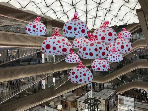 Инсталация на Yayoi Kusama в Ginza Six
