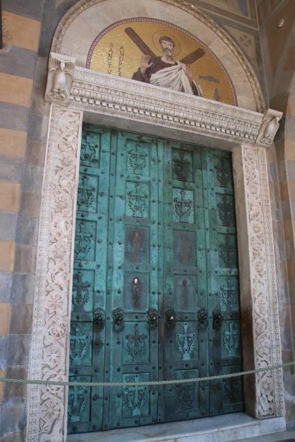 Средновековните, бронзови врати са изработени в Константинопол.