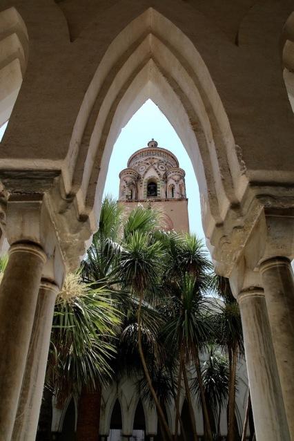 Градината на Райският манастир обградена от красива, мраморна колонада в мавритански стил.