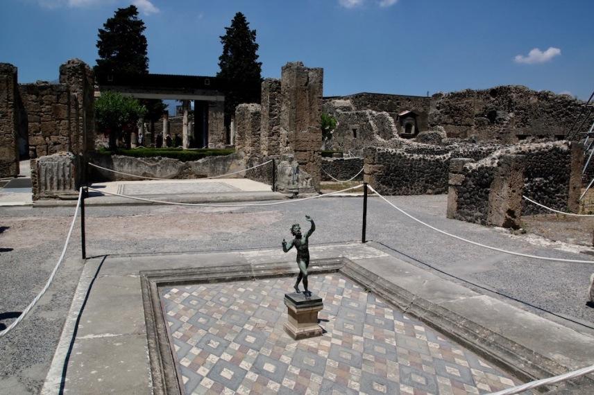 Къщата на Фавн е една от най-луксозните в Помпей. В нея e бронзовата статуя на танцуващия Фавн.