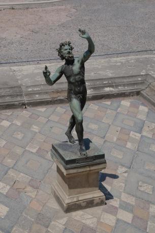 Бронзовата статуя на танцуващия Фавн.