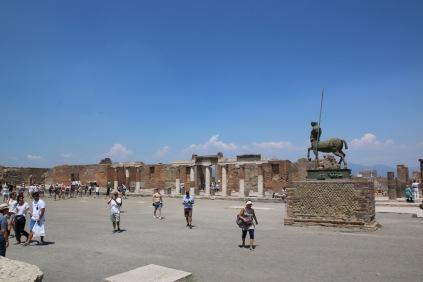 Правоъгълния форум, ограден с колони е центърът на града.