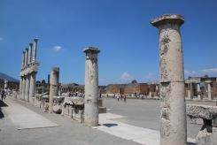 Тук е кипял търговският, политическият и религиозният живот на Помпей.