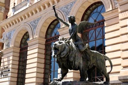 Скулптура на сградата на търговската камара.